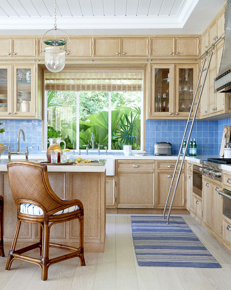 Dapur dengan Backsplash Bergaya Pantai