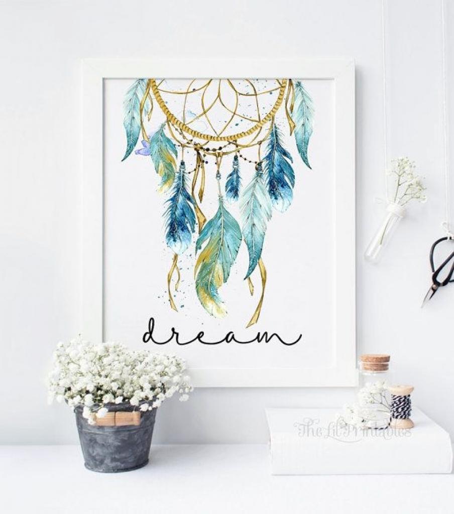 Salah satu cara mudah untuk memberikan sentuhan unik pada kamar kos Anda adalah dengan menggunakan pajangan karya seni. Anda bebas memilih model dan jenis karya seni yang akan dipajang di dinding kamar Anda.