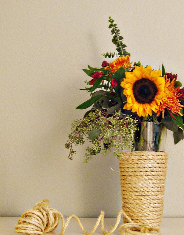 Bunga identik dengan kesan romantis, cantik, dan feminim. Jadi, tidak ada salahnya bila Anda mendekor kamar kos dengan ragam jenis bunga yang Anda sukai.