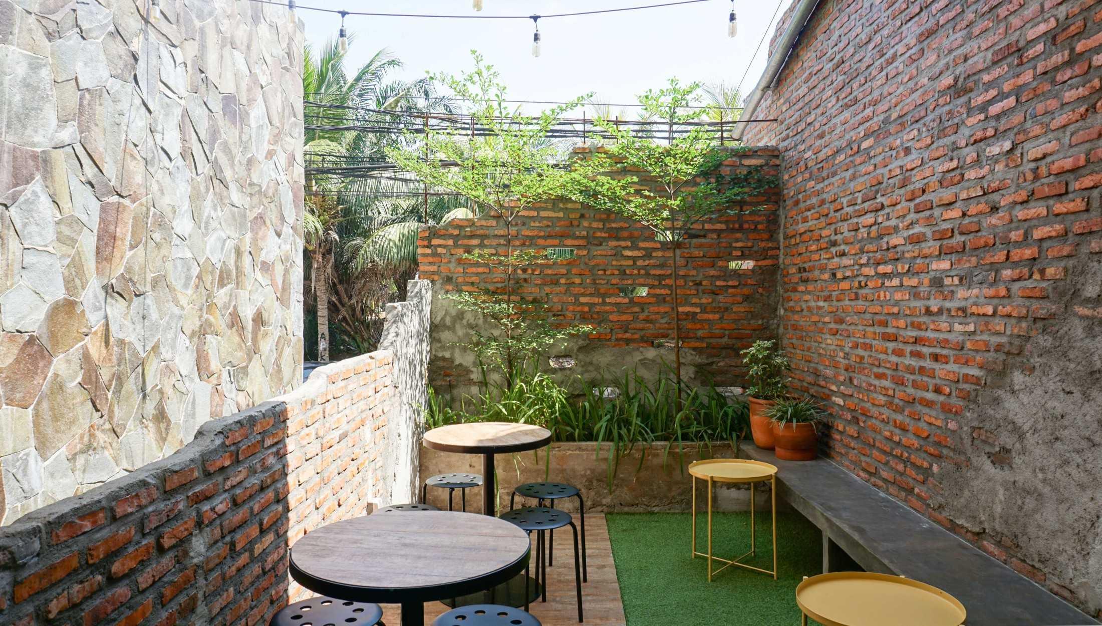 Café di teras yang asyik untuk tempat nonkrong bernuansa industrial minimalis (Sumber: arsitag.com)