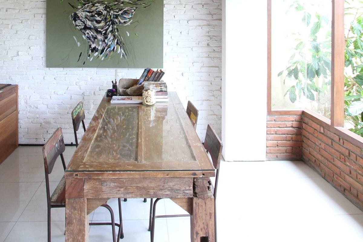 Home office Vertical Courtyard House di Bali karya DDAP Architect (Sumber: arsitag.com)