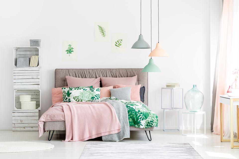 Pink Klasik Membuat Warna Hijau Cerah Tampak Mencuat