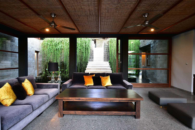 Ruang keluarga villa minimalis yang penuh kehangatan (Sumber: arsitag.com)