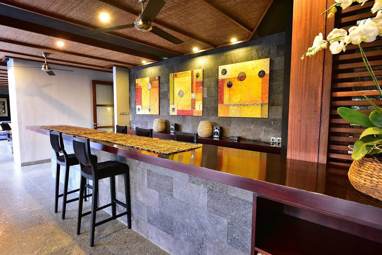 Ruang makan modern dengan konsep kaya tradisi (Sumber: arsitag.com)