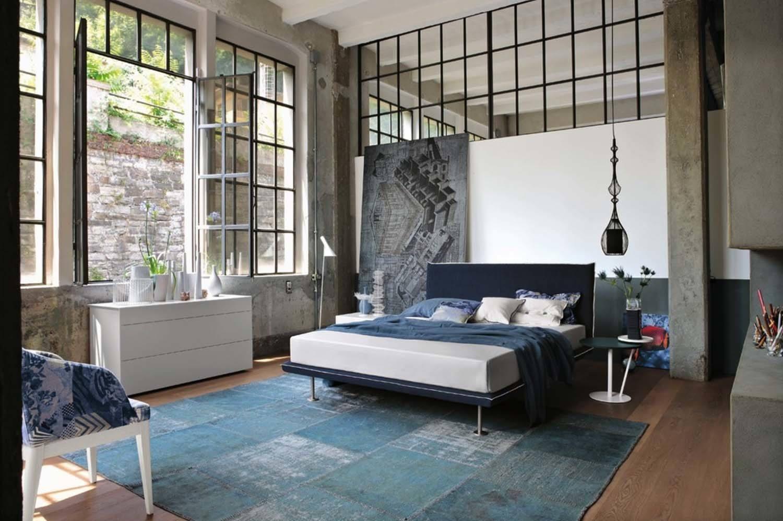 Jendela ala pabrik mendominasi dinding kamar tidur (Sumber: gruppotomasella.it)