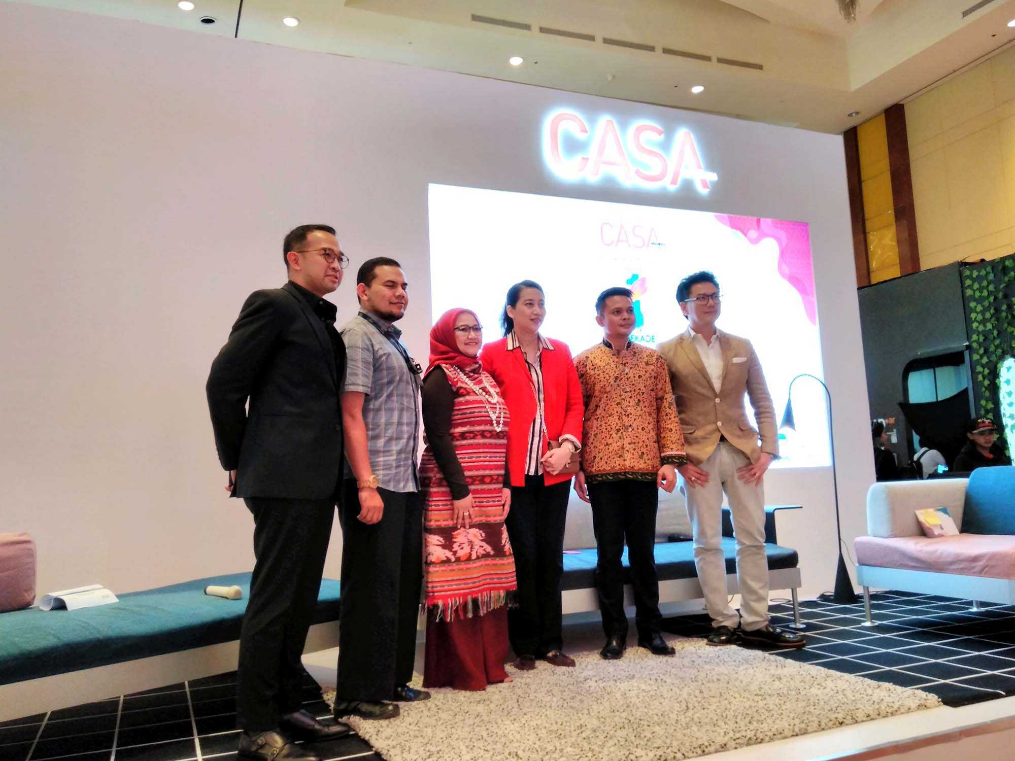 Ki-Ka: Head of MRA Media Business Growth, Iwet Ramadhan; Plt. Direktur Pengembangan Pasar Dalam Negeri Bekraf, Fahmy Akmal; Country Marketing Manager IKEA Indonesia, Eliza Fazia; Creative Director CASA Indonesia, Diana Nazir; Managing Editor CASA Indonesia, Putra Tjokro; dan Exhibition Director CASA Indonesia, Cosmas D. Gozali. (Sumber: Arsitag.com)