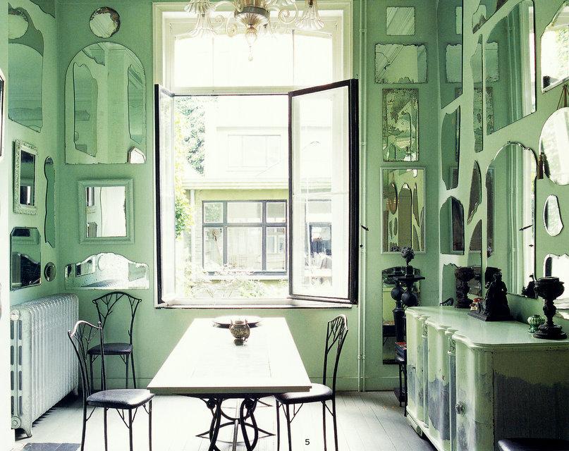 Ruang Makan dengan Mint Sebagai Warna Dasar