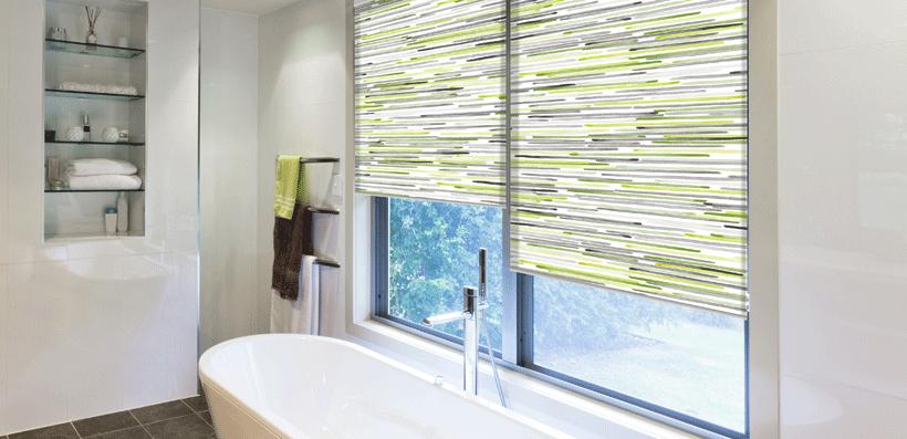 Tirai jendela kamar mandi bermotif penuh warna (Sumber: blindsboutique.co.uk)