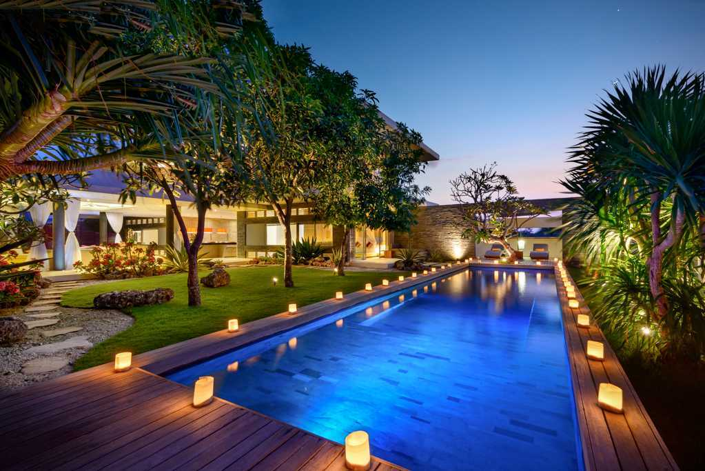 Kolam Renang dengan Kesegaran dan Kenyamanan Alam Tropis (Sumber: arsitag.com)