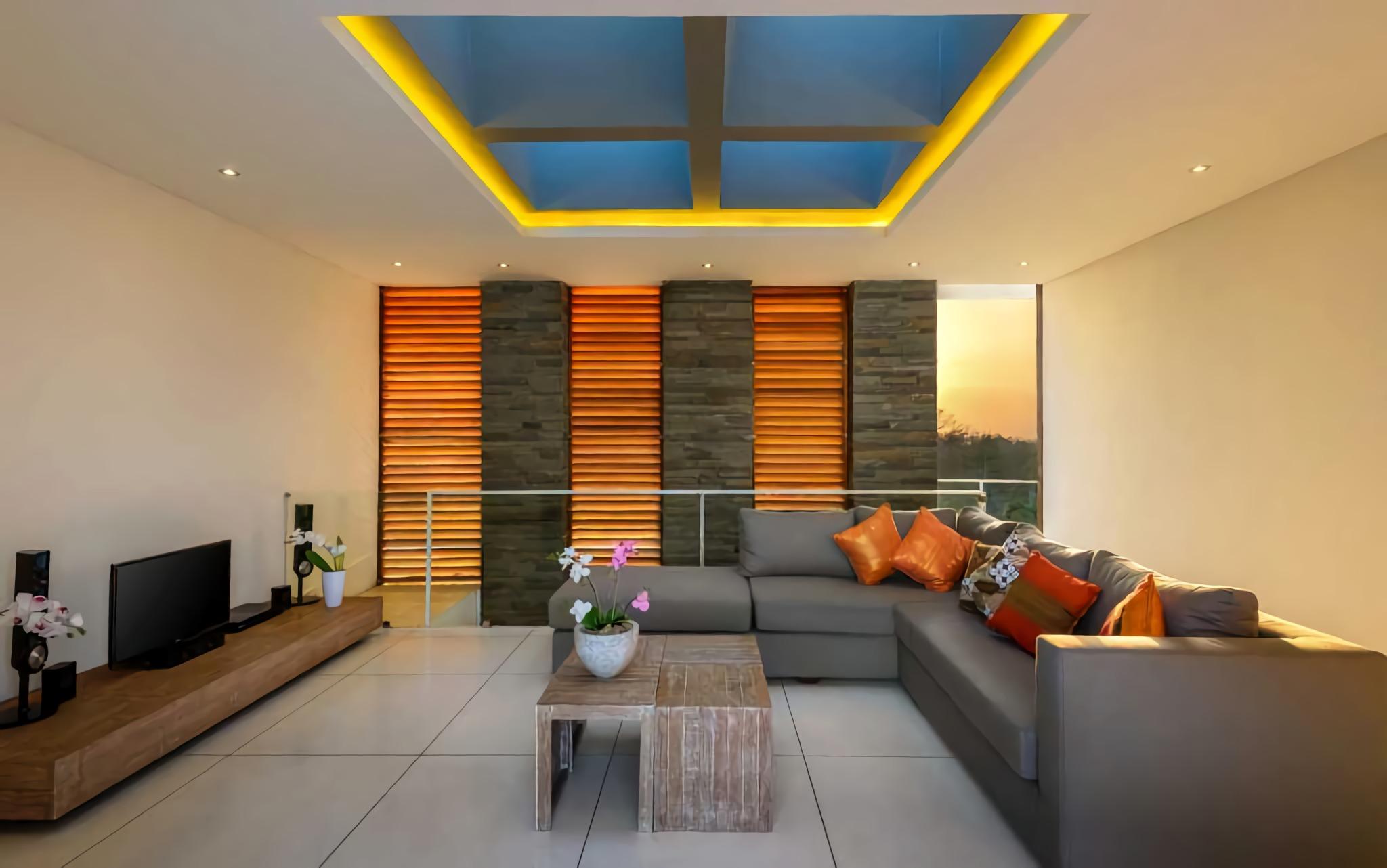 Skylight sebagai Sumber Pencahayaan Alami dan Estetika di Ruang Keluarga Aurora Villa (Sumber: arsitag.com)
