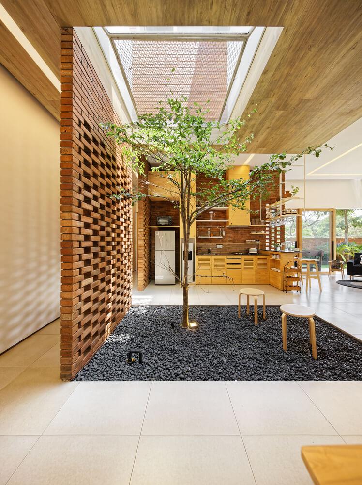 8. Inner Courtyard di Rumah Minimalis Batu Bata