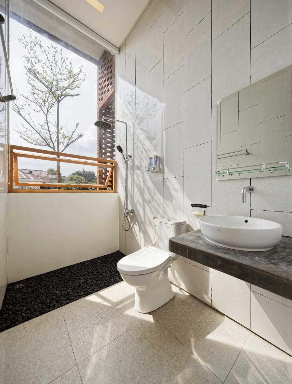 Posisi kamar mandi di lantai satu, di kamar tidur utama, sengaja disembunyikan di balik lemari yang diselimuti cermin. Detailnya pun cukup unik dengan beberapa bagian dinding melayang bebas tanpa penyangga.