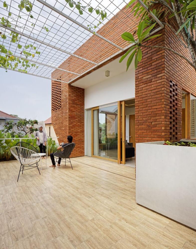 10. Balkon yang Nyaman di Rumah Minimalis Batu Bata