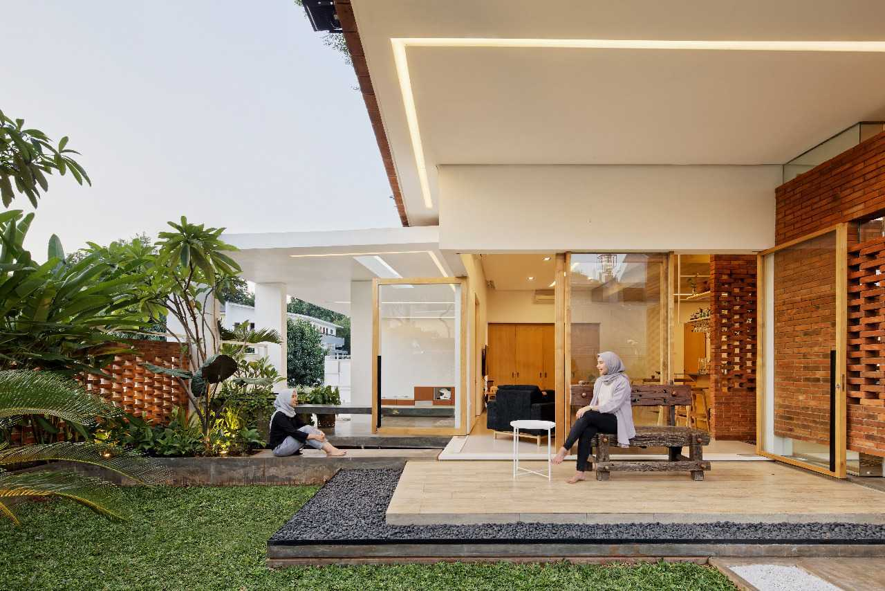 Taman Utama Bergaya Minimalis di Flick House (Sumber: arsitag.com)