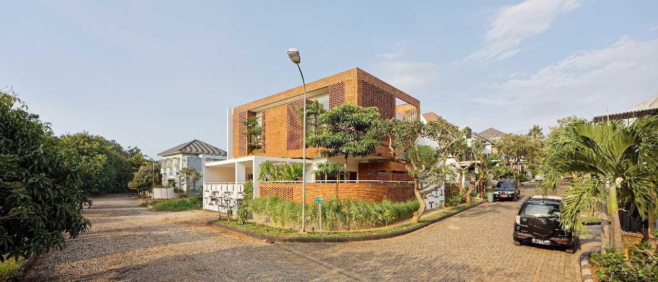 Rumah Minimalis Batu Bata yang Ramah Lingkungan, karya Delution Architect (Sumber: arsitag.com)