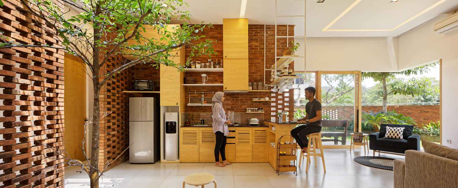 Dapur Terbuka dengan Dinding Bata yang Apik (Sumber: archdaily.com)