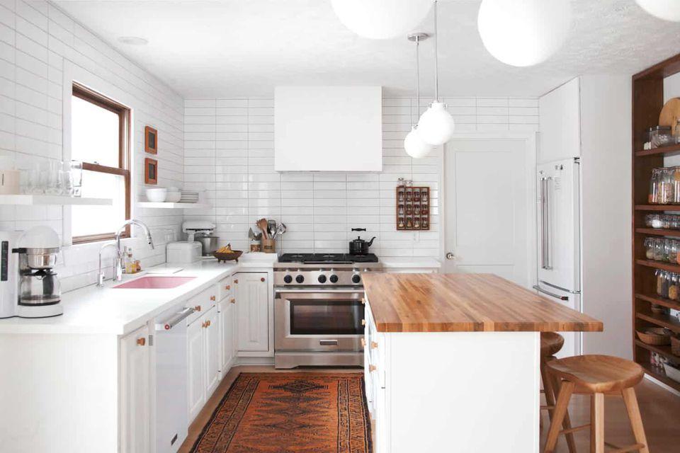 Dapur dengan Bak Cuci Pink yang Tak Terduga
