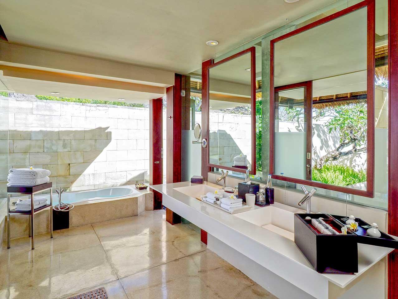 Kamar mandi berkonsep tropis terbuka (Sumber: thebale.com)