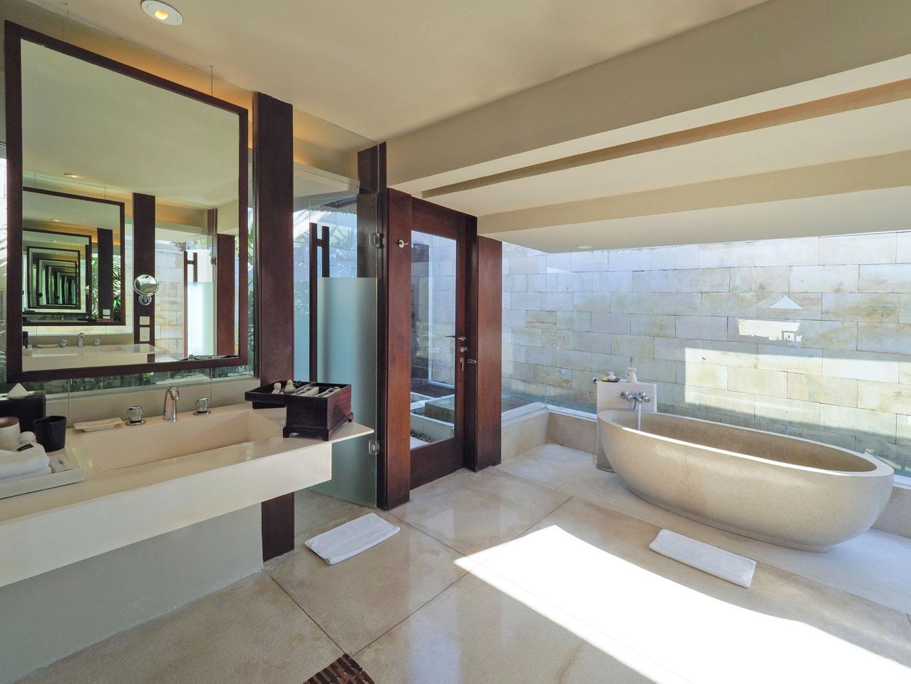 Kamar mandi Double Paviliun (Sumber: thebale.com)