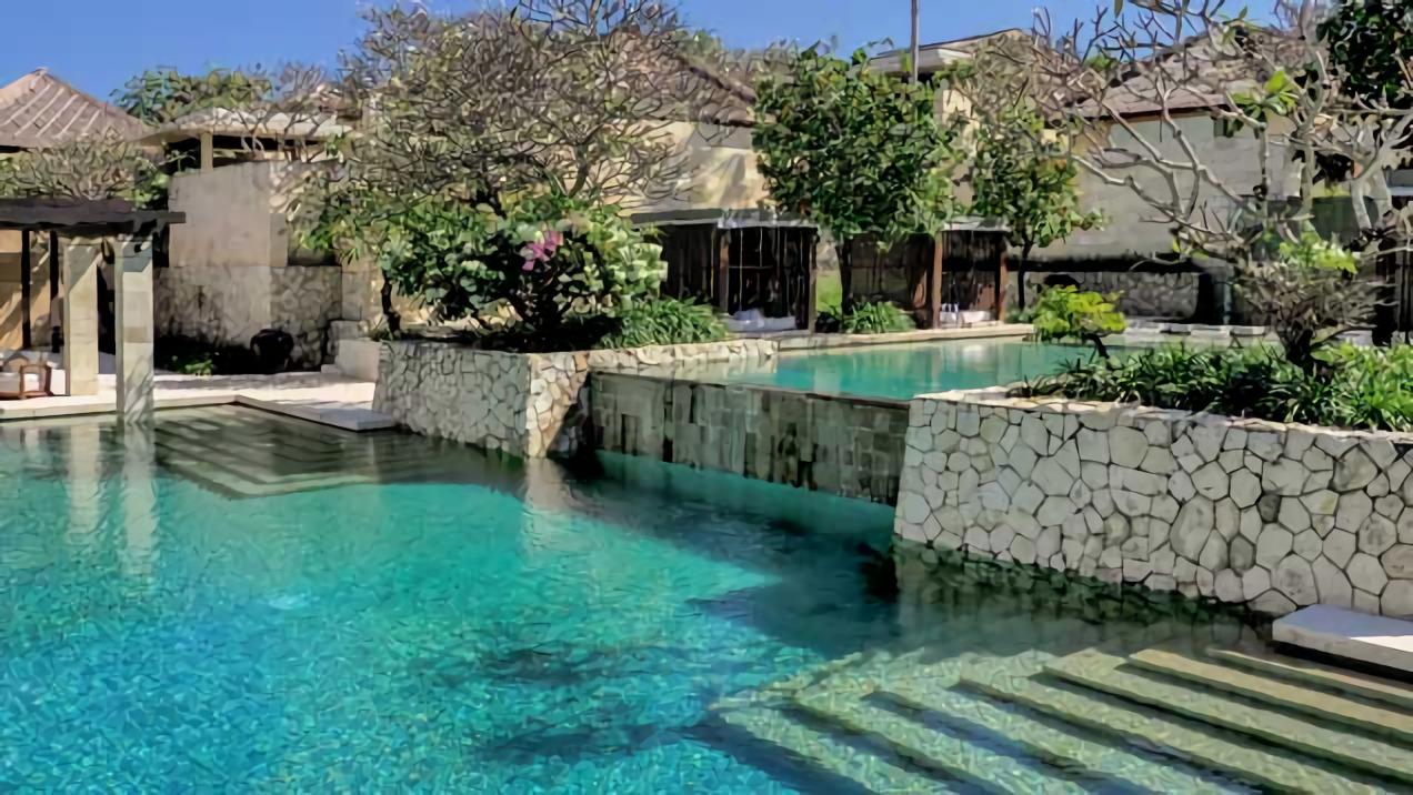 Kolam renang tingkat bawah (Sumber: thebale.com)