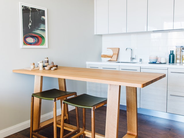 Tak masalah jika memang tak ada ruangan khusus yang bisa digunakan sebagai ruang makan. Pada inspirasi desain interior apartemen mungil ini, ruang makan mengambil salah satu sisi dapur. Sebuah meja makan ditempatkan dengan dua buah kursi makan yang menghadap ke arah dapur. Dengan desain meja makan dan kursi yang ringan, maka terciptalah sebuah ruang makan minimalis modern yang nyaman sebagai tempat untuk bersantap.