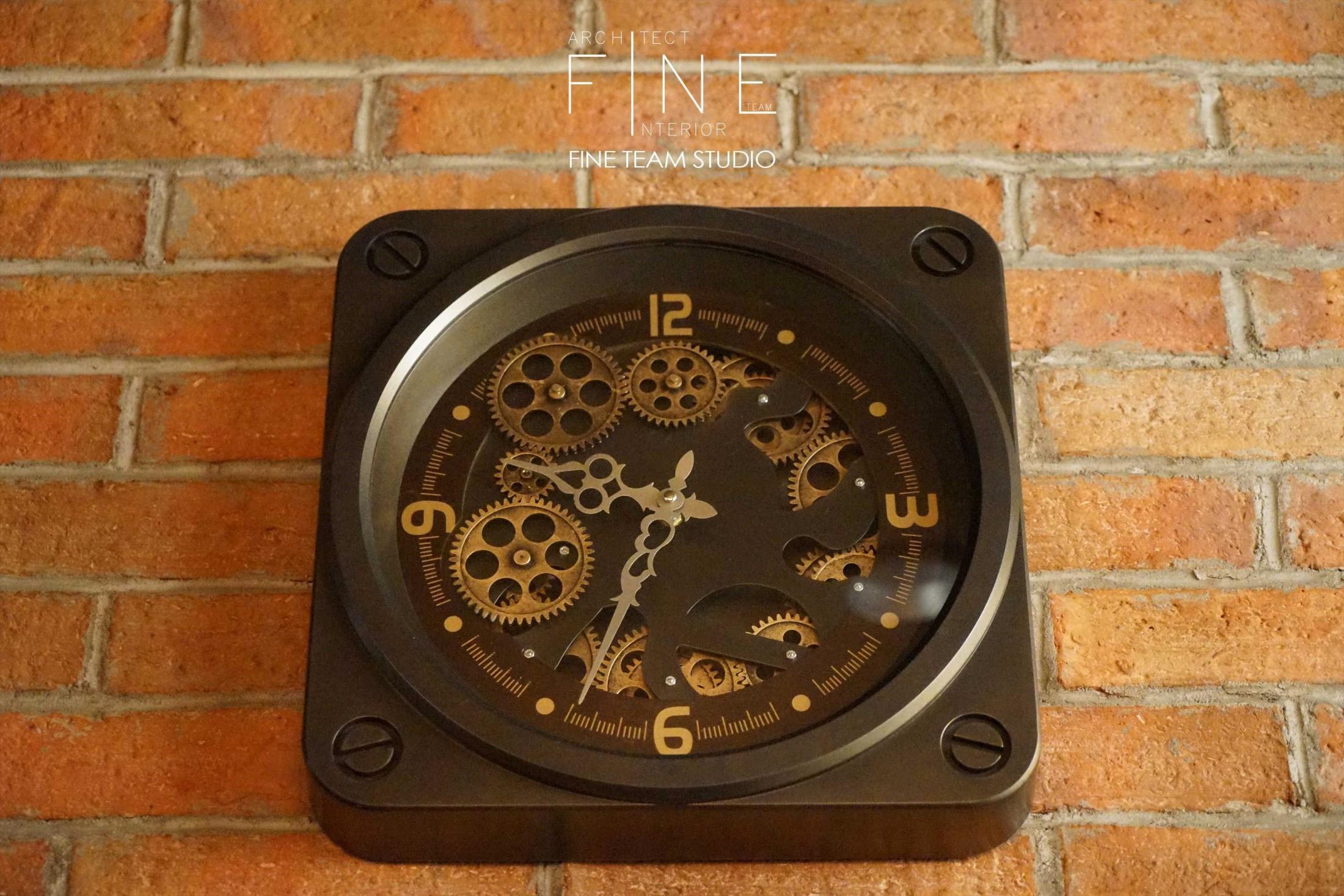 Sebenarnya konsep desain industrial sederhana, jujur dalam mengolah dan menonjolkan material dan karakternya. Konsep ini terlihat jelas pada jam dinding yang tidak hanya berfungsi sebagai penunjuk waktu, namun menjadi elemen estetika yang unik dari kejujurannya mengekspos mesin penggeraknya.