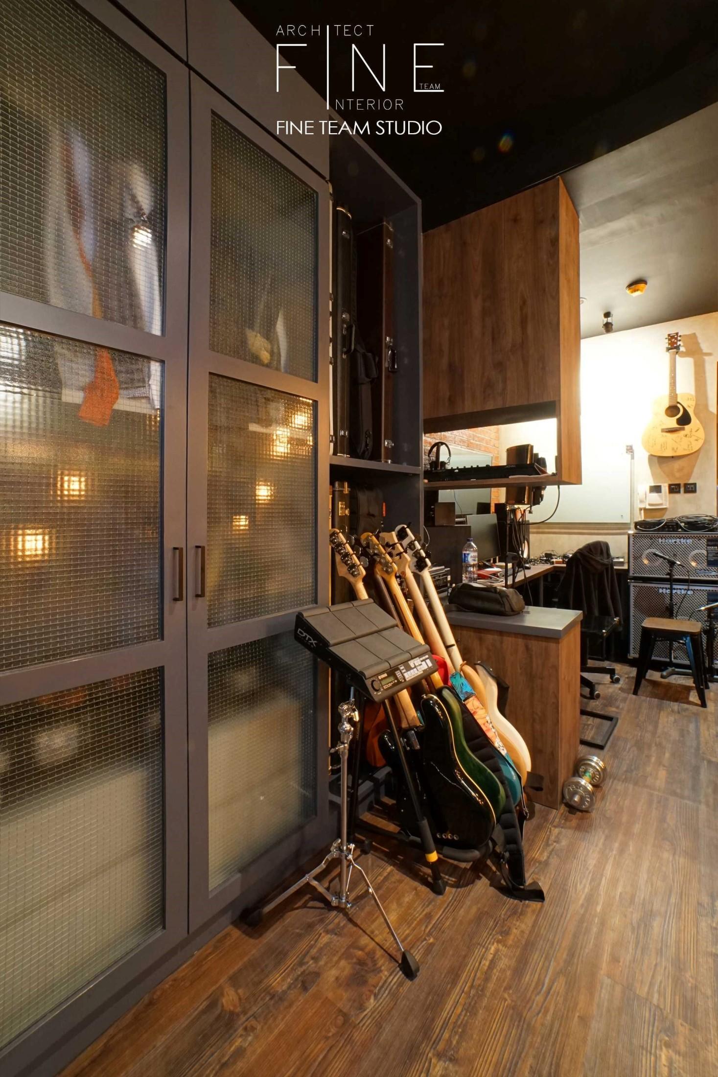 Memiliki sebuah studio di apartemen sebagai ruang kerja atau untuk menyalurkan hobi, pastilah menyenangkan dan menjadi nilai tambah tersendiri. Pengaplikasian desain interior industrial untuk menciptakan sebuah studio musik yang memadai akan memberikan nuansa yang menyenangkan dalam berkreasi. Warna-warna dan karakter alami dari lantai parket, kabinet kayu, dan dinding bata ekspos, menampilkan keindahan bahan natural dengan perpaduan coklat tua dan terakota. Dinding bercat putih memberikan keseimbangan gelap dan terang, memantulkan cahaya lampu ke seluruh studio.