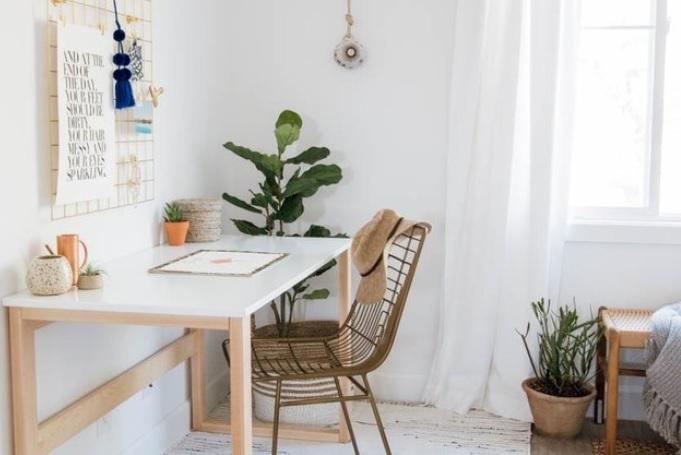 Gaya minimalis tidak akan pernah mati gaya sampai kapan pun. Inilah yang coba diterapkan oleh Anita Yokota dengan ruang kerja di dalam kamar yang bergaya minimalis ini. Baik dari segi warna maupun desain, tidak ada yang berlebihan. Semuanya tampil sederhana, namun tetap tampak nyaman dan menyenangkan.