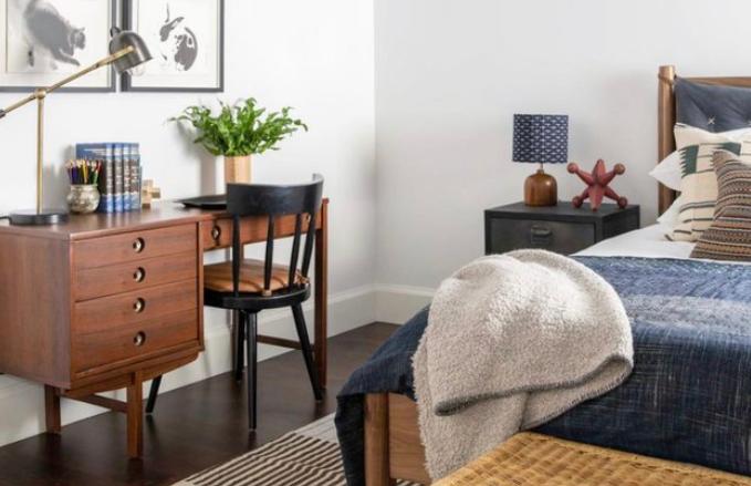 Jika Anda merasa gaya minimalis modern terlalu biasa, memberikan sentuhan yang sedikit berbeda akan jadi nilai plus tersendiri. Dalam kamar yang didesain oleh Amber Lewis ini, sentuhan mid-century menjadi ciri khas yang membuat ruangan tampil berbeda dan mengesankan.