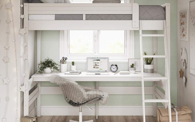 Keterbatasan ruang sebenarnya sama sekali bukan masalah jika Anda mau sedikit kreatif. Dengan menggunakan konsep dormitory atau loft ini, Anda bisa menaikkan tempat tidur agak ke langit-langit dan memanfaatkan bagian kolongnya sebagai meja kerja. Desain seperti ini cocok untuk kamar dengan ukuran sempit. Sangat efisien sekali, bukan?
