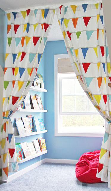 Ruang baca dekat jendela untuk view yang menyenangkan (Sumber: thespruce.com)