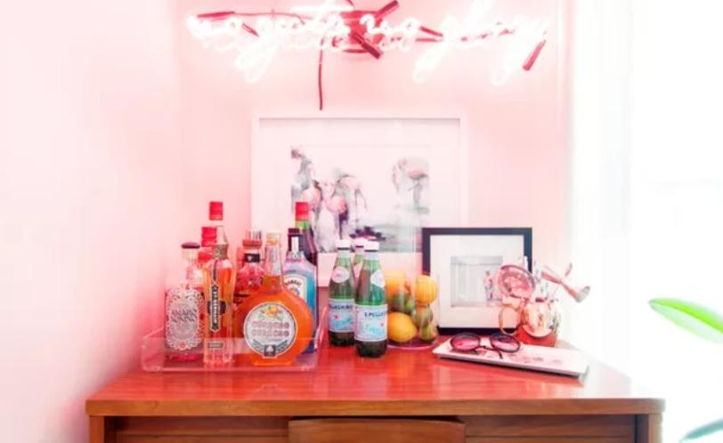 Meja rias disulap menjadi mini bar sederhana (Sumber: houzz.com)