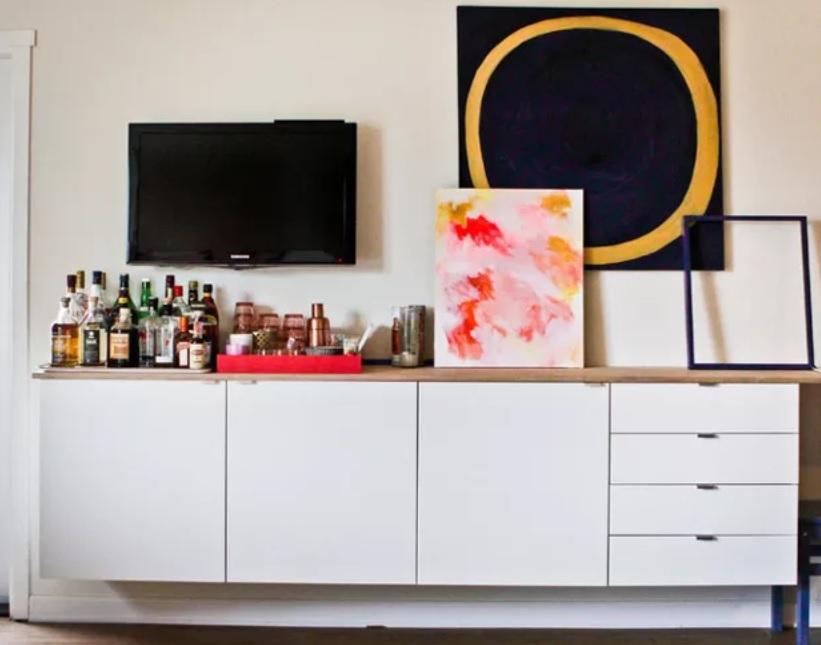 Menyulap area di bawah televisi menjadi mini bar (Sumber: houzz.com)