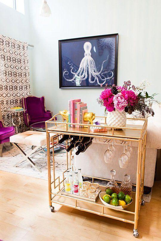 Troli emas untuk mini bar elegan di rumah (Sumber: kikiinteriors.com)