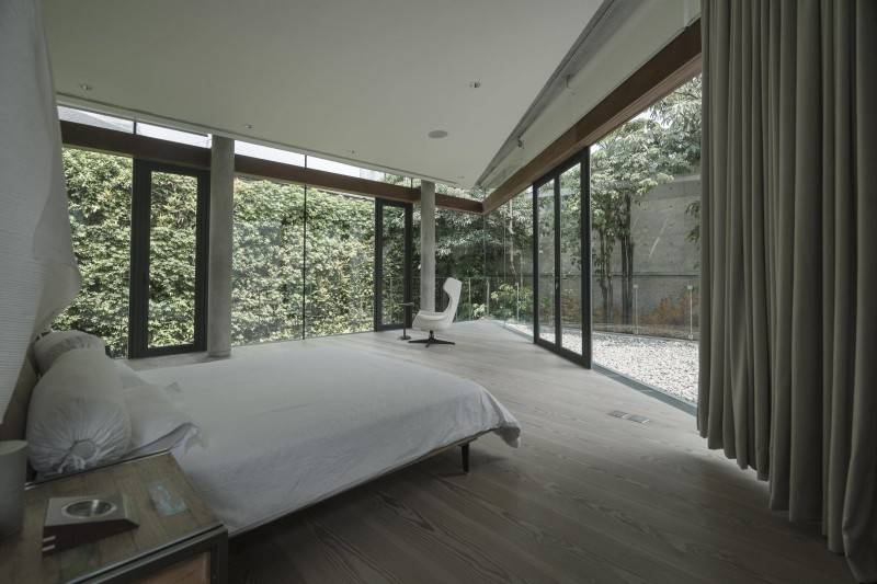 Desain interior kamar tidur cowok menyatu dengan alam di JS House karya Antony Liu + Ferry Ridwan Studio TonTon (Sumber: arsitag.com)