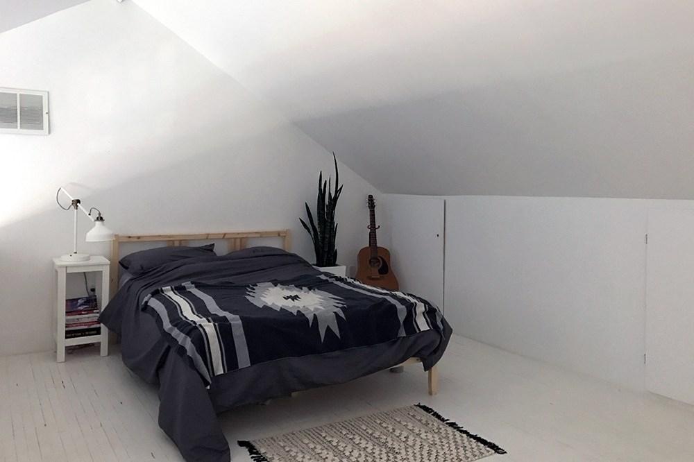 Desain interior kamar tidur cowok sederhana namun berkarakter (sumber: manored.com)