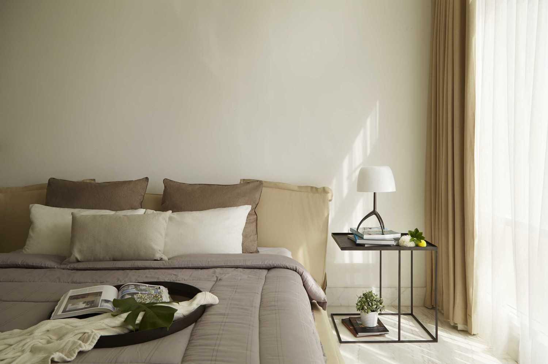 Desain interior kamar tidur cowok menggunakan kasur nyaman di 2e residence karya sontani partners