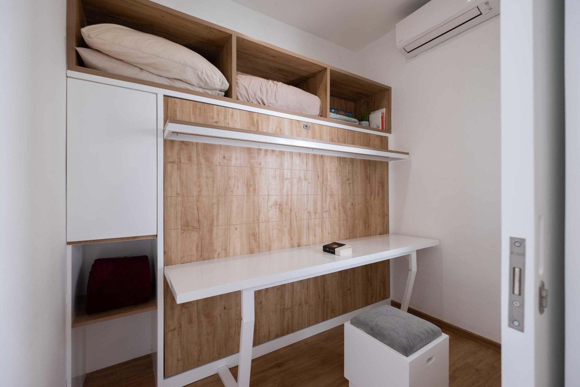 Sebuah ruang kerja atau bisa juga dijadikan ruang belajar dilengkapi dengan sofa mungil. Lagi-lagi, walau mungil, sofa itu memiliki area penyimpanan di bawahnya.