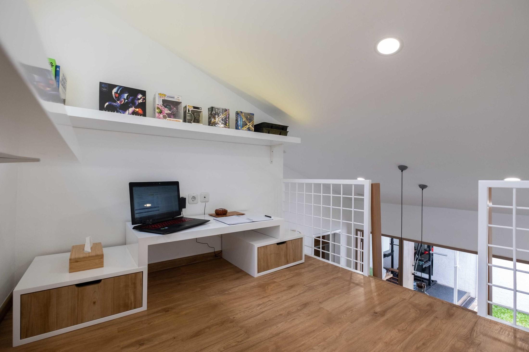 Aksioma Design & Construction dan Fiano berhasil membuktikan bahwa rumah mungil tidak selamanya sempit, sederhana, atau standar. Sebaliknya, mereka berhasil menciptakan desain interior rumah mungil yang hemat ruang, namun tetap tampil gaya.
