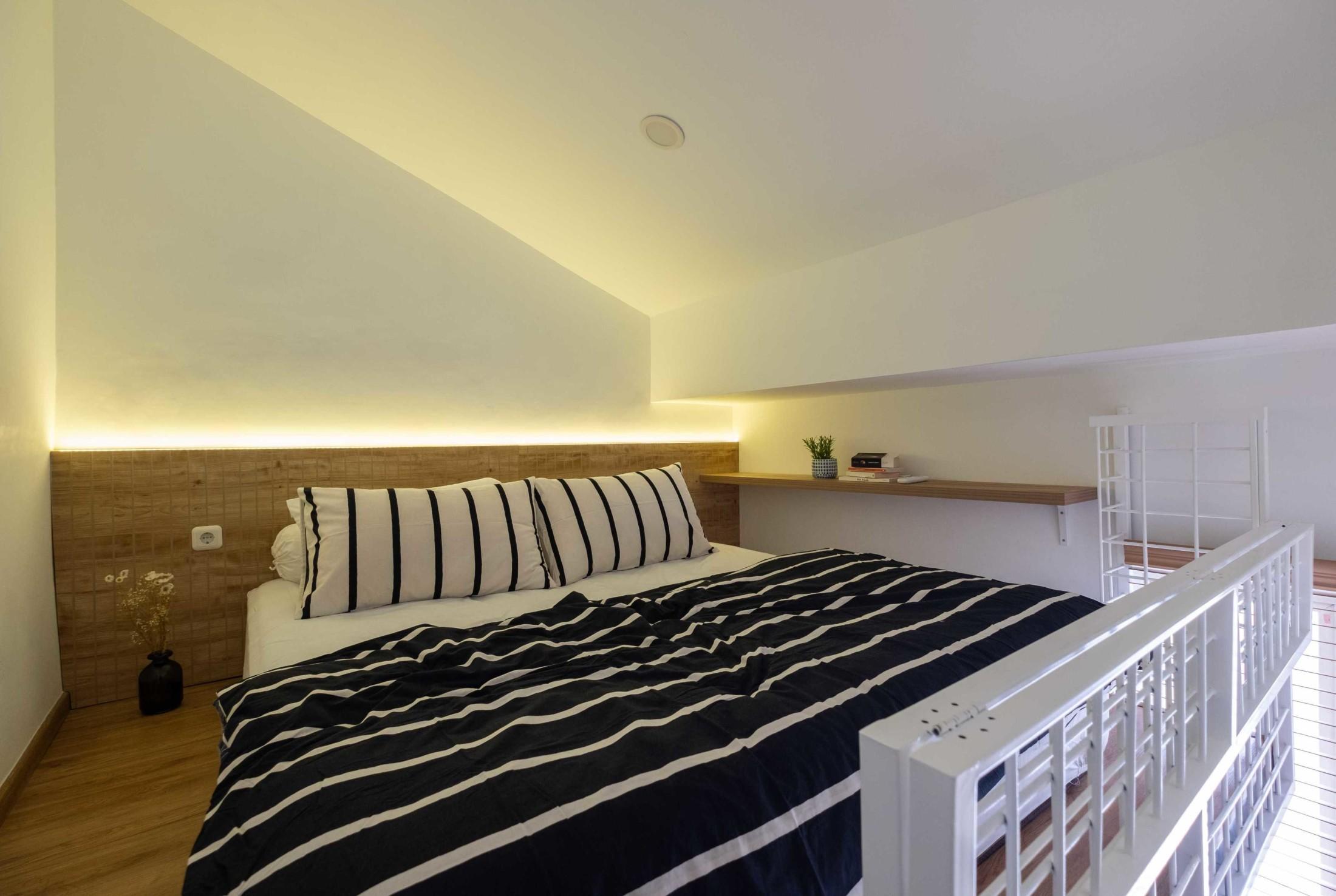 Kecerdikan memanfaatkan area tepat di bawah atap menjadikan rumah yang selesai tahun 2018 ini, memiliki kamar loft yang nyaman. Tidak hanya satu, melainkan dua kamar loft.