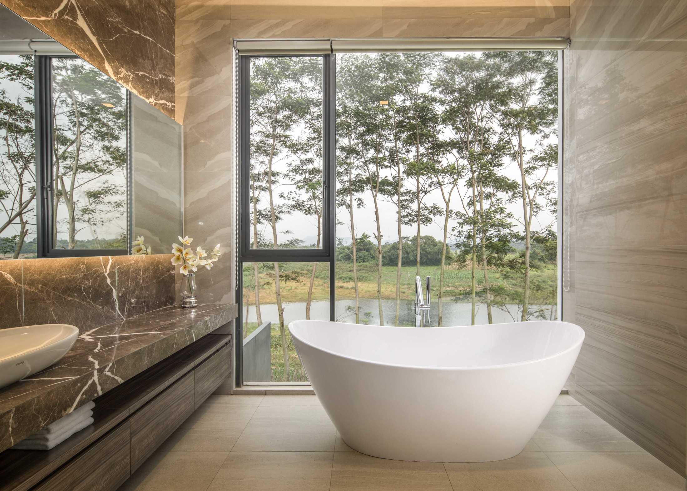 Kamar mandi semi-outdoor yang sehat (Sumber: arsitag.com)