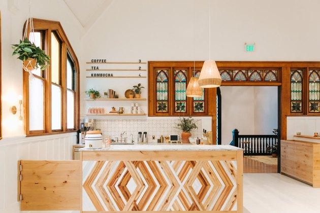 Kayu, elemen alami yang bisa jadi penarik perhatian di dapur bohemian Anda (Sumber: hunker.com)