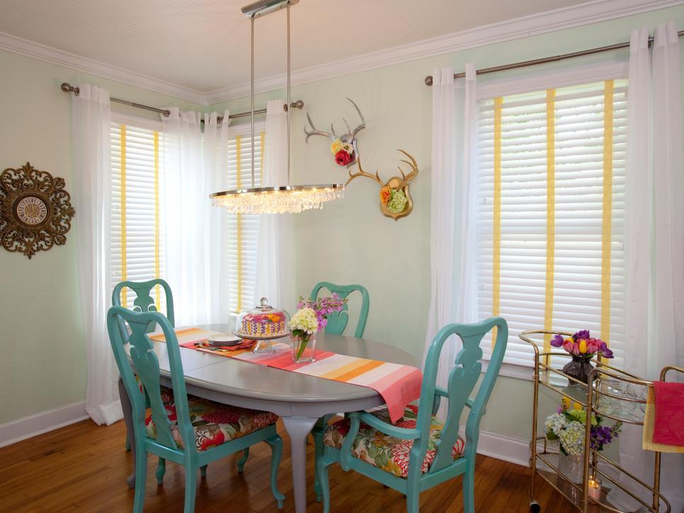 Ruang makan yang cantik dengan sentuhan warna biru telur asin (Sumber: hgtv.com)