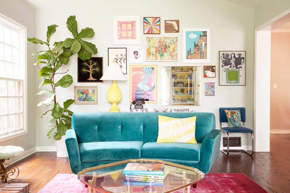 Sofa warna biru telur asin sebagai elemen utama di ruang keluarga (Sumber: Hgtv.com)