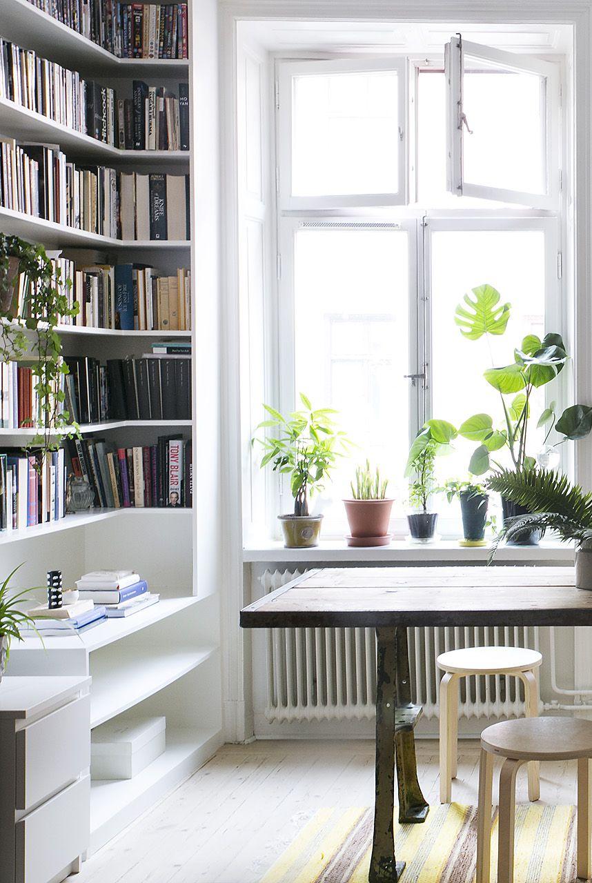 Rak buku sebagai pengisi sudut kosong (Sumber: housebeautiful.com)