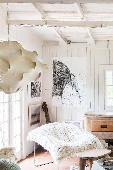 Menyandarkan benda kesayangan di sudut ruangan (Sumber: housebeautiful.com)