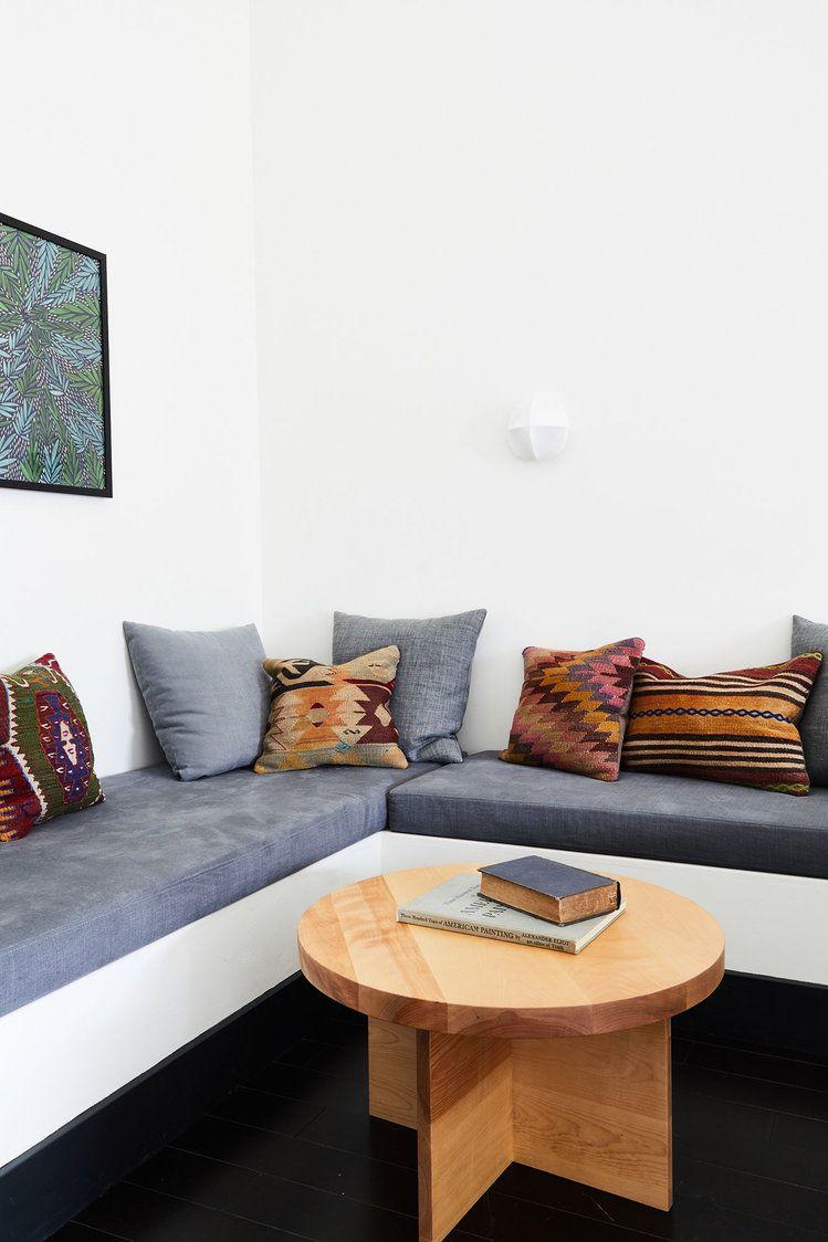 Ruang baca nyaman di sudut ruangan (Sumber: housebeautiful.com)