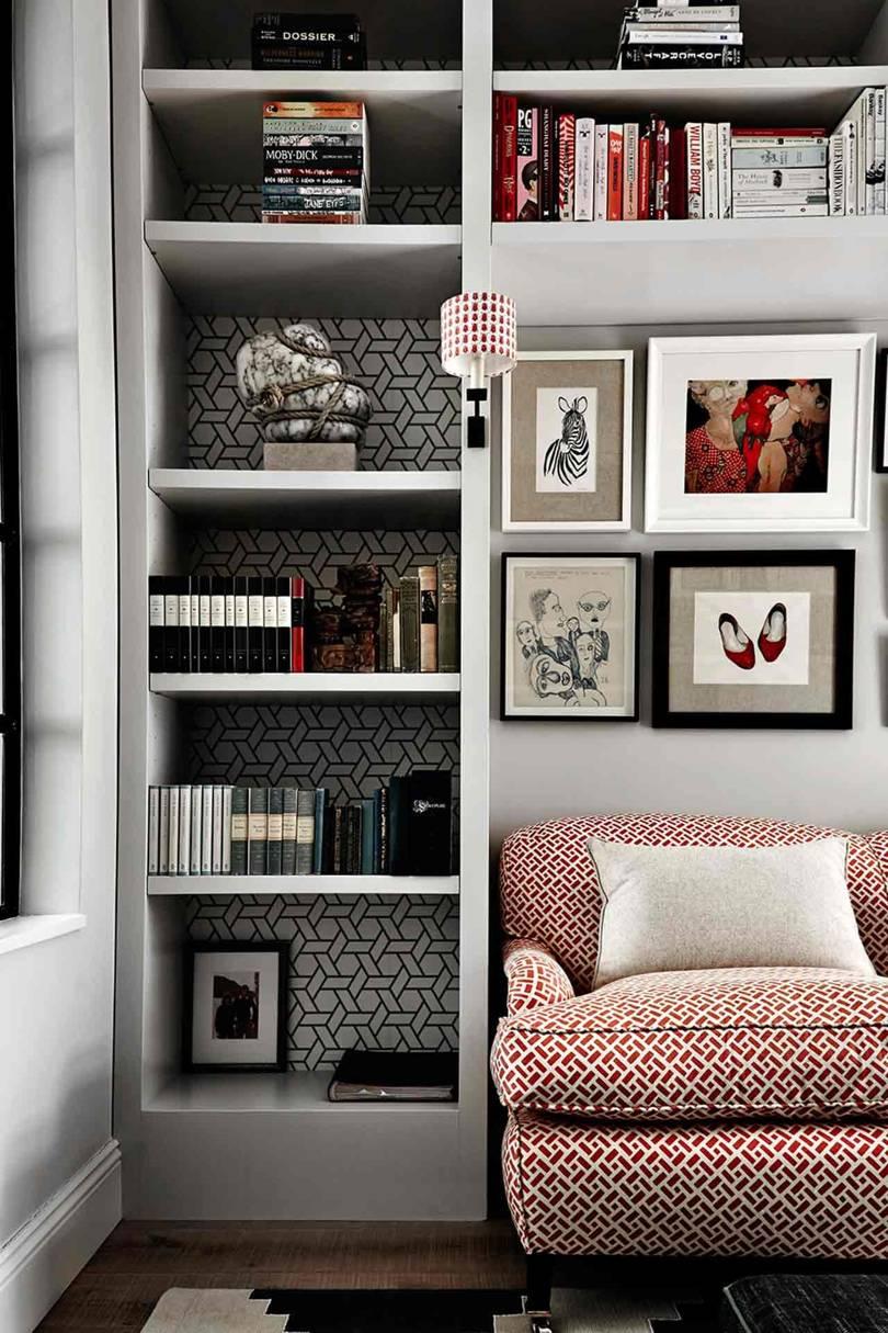 Rak buku dan wallpaper yang terlihat menawan (Sumber: houseandgarden.co.uk)