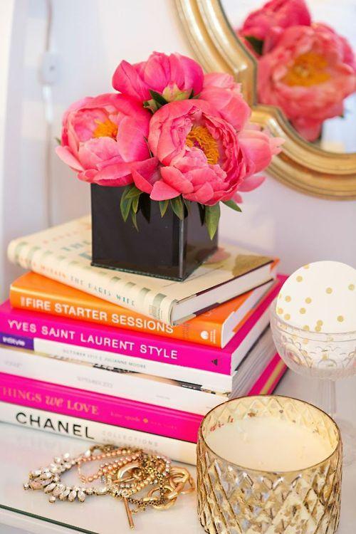 Kesan glamor, cantik, dan mewah dengan buku (Sumber: pinterest.com)