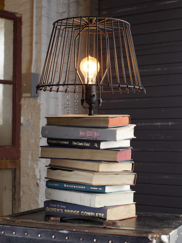Tumpukan buku sebagai tatakan lampu (Sumber: HGTV.com)